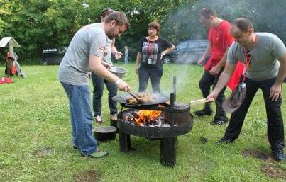 outdoor teambuilding med mad over bål